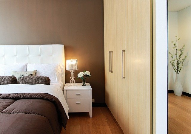 kolor ścian w sypialni do jasnych mebli